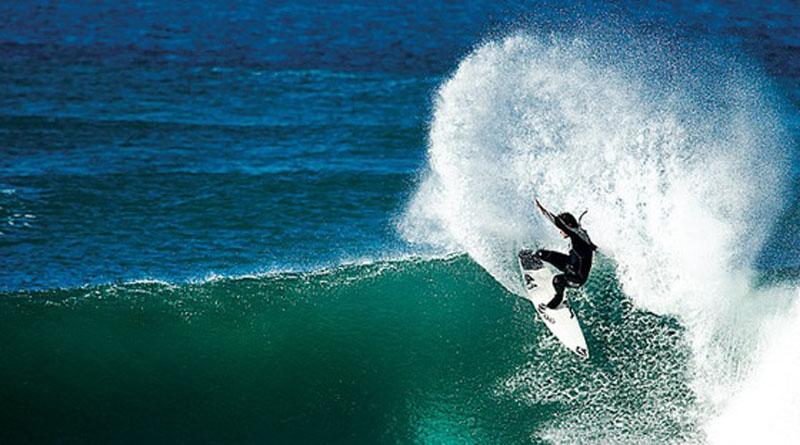 Эрисейра — известный серфспот, волны здесь длинные и пологие. Если знакомиться с серфингом, то именно здесь. Правда, вода тут значительно холоднее, чем на южных берегах, поэтому без гидрокостюма не обойтись