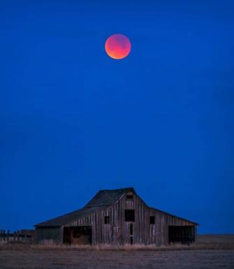 По мере того как Луна идеально выровнялась с Землей и Солнцем, она приобрела красноватый цвет из-за красных солнечных лучей, достигающих краев Земли.