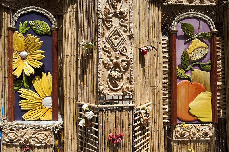Граждане Италии украшают главную улицу города гигантскими и сложными арками из хлеба