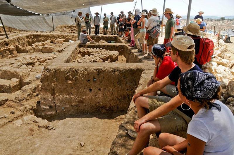 Среди других артефактов команды раскопали древние дома, редкие культовые объекты, филистимские захоронения и надписи, относящиеся к Голиафу.
