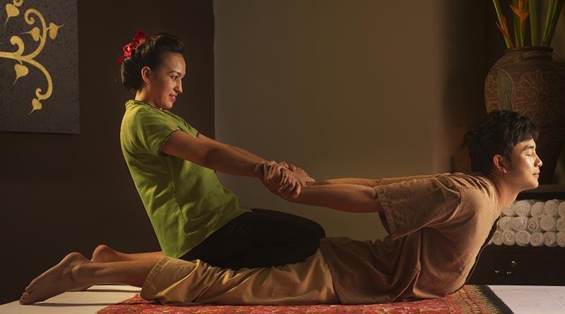Тайский массаж проводится на мягком коврике или тонком матрасе, расстеленном на полу. В храме это может происходить в большом открытом павильоне, в то время как в спа-салонах у вас будет либо отдельная комната, либо занавешенное пространство.