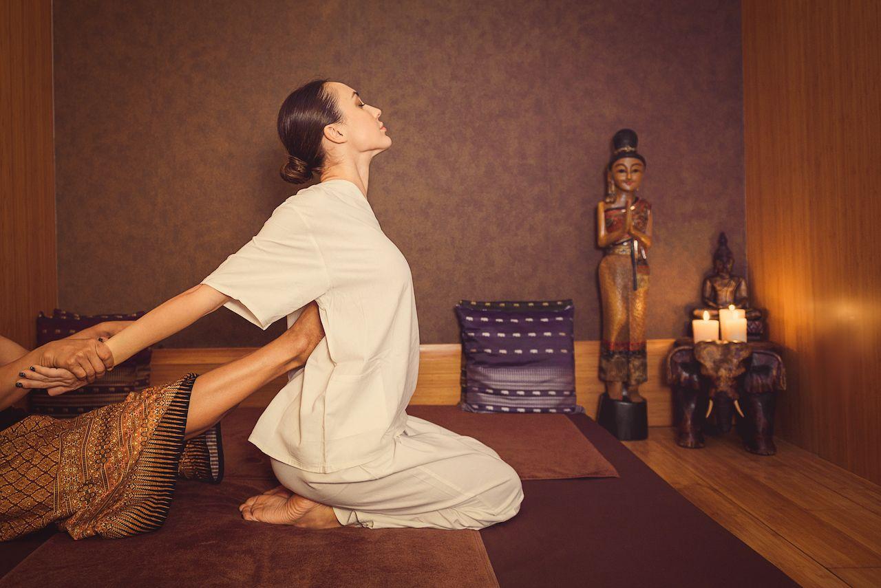 Терапевт использует все свое тело, чтобы растягивать и сжимать мышцы и суставы и применять точечный массаж к определенным точкам вдоль линий йоги тела. Не удивляйтесь, если массажистка ставит ногу вам под мышку, когда тянет вас за руку, чтобы растянуть мышцу плеча.