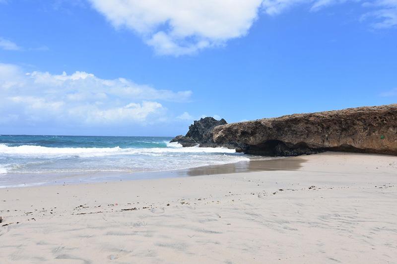 Если вы в поиске счастливого острова, то нет места лучше, чем этот уединенный пляж, по сути, являющийся ответвлением национального парка Арикок.