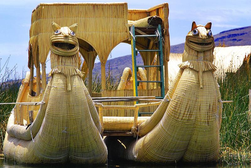 Лодки Barco de Totora, полностью сделанные из тростника тоторы, который растет вдоль озера Титикака, используются для перевозки местных жителей и туристов через озеро, на границе Перу и Боливии.