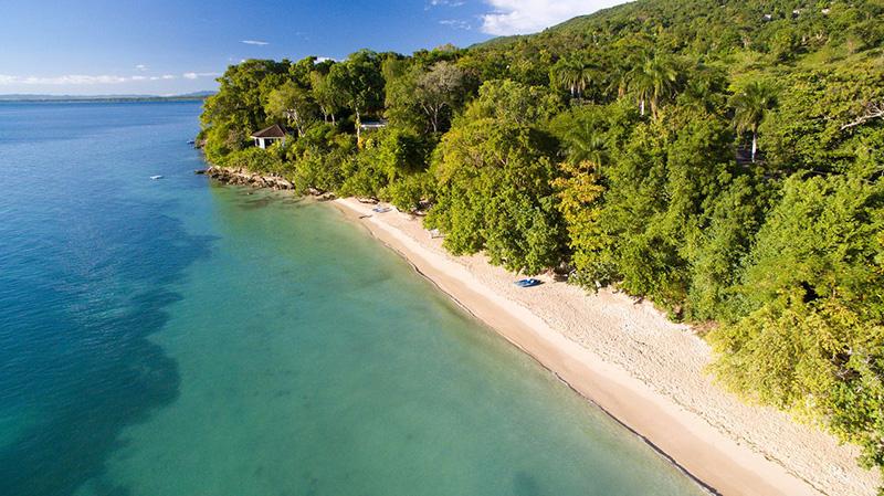 Но на Bluefields Beach есть тенистая песчаная полоса, где по выходным можно встретить лишь небольшую часть постояльцев отеля и, возможно, несколько местных жителей. Это картина ямайского отдыха с мангровыми деревьями, раскинувшимися на узкой полоске песка, и идеальным пляжем.