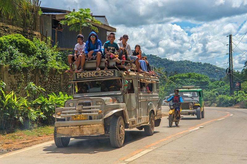 Джипни, часто окрашенные в яркие цвета и с религиозными посланиями, считаются самым популярным видом транспорта на Филиппинах и стали символом филиппинской культуры во всем мире.