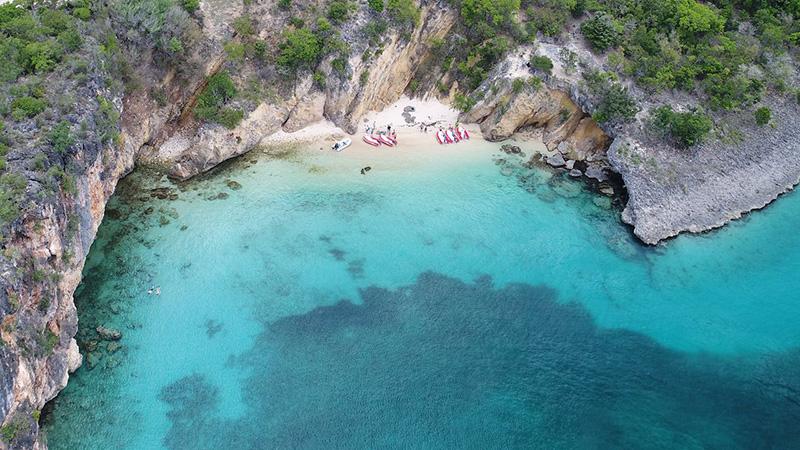 Литтл-Бей – почти секретный пляж, о котором в детстве вы и ваши школьные друзья знали и на который ходили каждый день во время летних каникул. Чтобы попасть сюда, нужно спуститься по веревке со скалы, после чего вы попадаете в уединенную лазурную бухту, окруженную золотыми скалами.