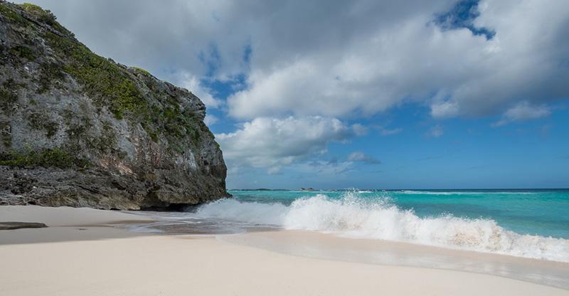 Но если у вас есть время, прыгайте в лодку в Мидл-Кайкос и проведите день на этом сверкающем белом берегу, где мелкая песчаная отмель ведет к Драконьей бухте, а пляж окружен голыми известняковыми скалами.