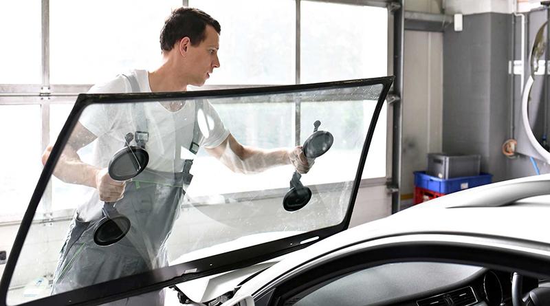 Ремонт решает небольшие проблемы и устраняет повреждения не в прямой видимости водителя. Если вы не уверены, требуется ли замена или ремонт лобового стекла, квалифицированный специалист в вашей местной автомастерской может определить, требуется ли только ремонт