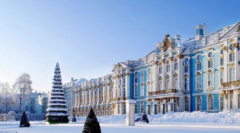Запланируйте поездку в один из дворцов Санкт-Петербурга или во все; каждый из них имеет особый характер, у некоторых есть удивительные сады, которые стоит исследовать, и все они наполнены великолепием, которое превосходит даже самые роскошные замки из ваших детских сказок.