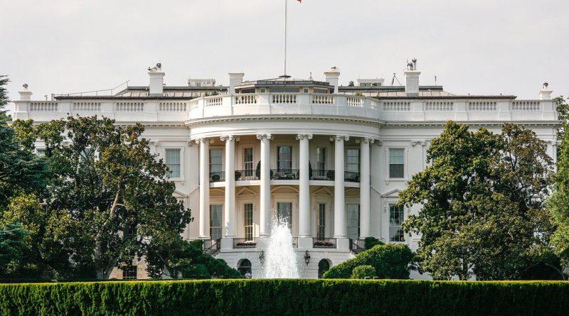 Белый дом обеспечен максимальной безопасностью. Однако трудно сказать, является ли это самым безопасным зданием в мире, поскольку некоторые другие сооружения также имеют аналогичную силу безопасности, если не больше.