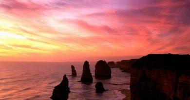 12 апостолов Австралии – это известняковые скалы, расположенные в Национальном парке Порт-Кэмпбелл. Эти скальные образования являются результатом продолжающейся эрозии, вызванной суровым климатом Южного океана
