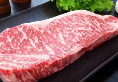 В октябре в школах начали подавать сукияки из говядины кобе и тушеную говядину кобе, потому что сокращение работы ресторанов привело к избытку первоклассного мяса