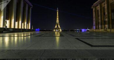 Париж закрывается из-за третьей волны COVID-19, захватившей Францию