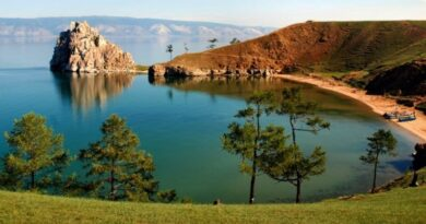 Остров довольно большой (на нем есть собственные озера) и представляет собой сочетание тайги, степи и даже небольшой пустыни