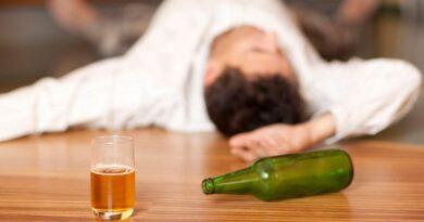 Не заказывайте ему рюмку, чтобы «подбодрить его». Ваш долг – заботиться о пьяных друзьях, и наоборот. Не делайте его проблемой бармена.