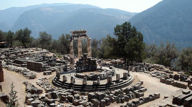 Чтобы осмотреть музеи и древние руины этого района купите билет. Прогуливаясь по огромным мраморным останкам, окружавшим Храм Аполлона, доберетесь до самого храма.